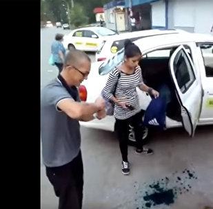 Таксист измазал зеленкой пассажиров в Хабаровске
