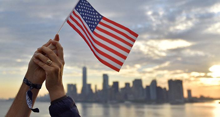 Флаг США на фоне города