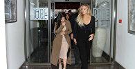 Ким Кардашьян с сестрой Хлои Кардашьян в Гюмри выходят из гостиницы
