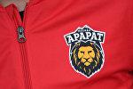 Эмблема футбольного клуба Арарат на футболке.