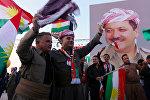 Иракские курды с флагами и плакатом Президента Иракского Курдистана