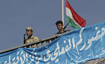 Иракские солдаты на фоне флага Курдистана во время пресс-конференции лидера Демократической партии Курдистана Масуда Барзани