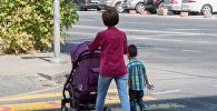 Город Ереван. Женщина с ребенком
