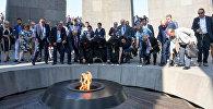 Армяне диаспоры и высокопоставленные чиновники возложили цветы к вечному огню в Цицернакаберде