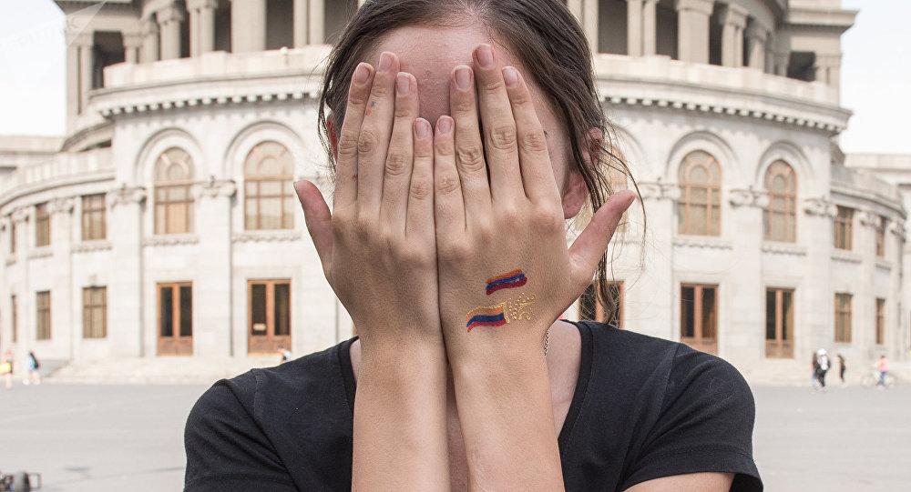 Девушка с триколором на руке в центре Еревана