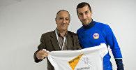 Генрих Мхитарян подписывает футболку Sputnik Армения
