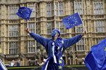 Мужчина в с флажками ЕС