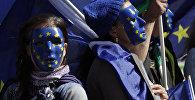 Молодые люди в масках ЕС