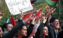 Азербайджанские туристы проводят акцию протеста против курдских бомбежек