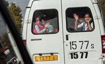 Счастливые дети в маршрутке