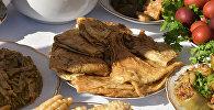 Жареный тонкий лаваш - национальное блюдо армян.