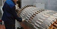 Работы над элементом турбогенератора в производственном корпусе АЭС