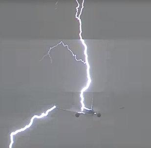 В самолет, вылетевший из Амстердама в Лиму, ударила молния