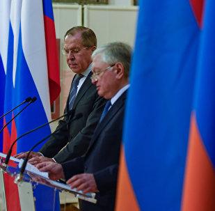 МИД Армении Эдвард Налбандян во время встречи с Сергеем Лавровым в национальной галерее