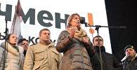 Жена экс-президента Грузии Михаила Саакашвили Сандра Рулофс выступает на акции протеста сторонников Михаила Саакашвили в Киеве.