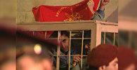 После оглашения приговора члены Дашнакцутюн из-за решётки взметнул знамя партии